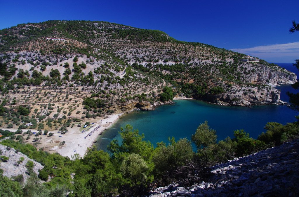 Livadi Beach mit Blick aufs Kloster