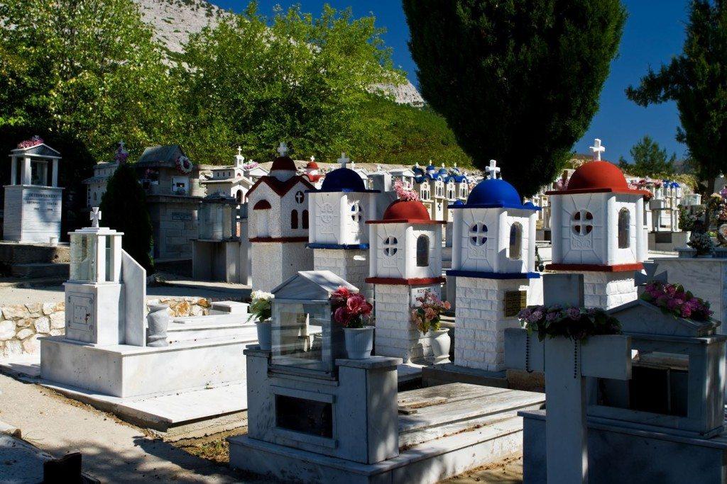 Friedhof in Theologos (Bild: Wikimedia, Nikodem Nijaki)